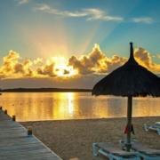 Der Strand bei Sonnenaufgang im 4-Sterne Preskil Island Resort auf Mauritius.