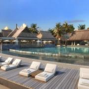 Pool mit Liegen im 4-Sterne Preskil Island Resort auf Mauritius.