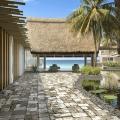 Innenbereich mit Teich und Blick auf das Meer im 4-Sterne Preskil Island Resort auf Mauritius.