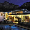 Ansicht Ambiente Guesthouse in Camps Bay in Südafrika bei Nacht.
