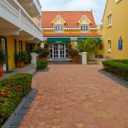 Eingang im 4-Sterne Hotel Amsterdam Manor Beach Resort auf Aruba.