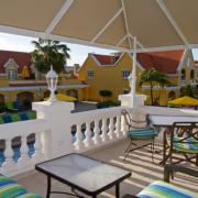 Terrasse der Horizons Bar im 4-Sterne Hotel Amsterdam Manor Beach Resort auf Aruba.