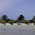 Romantisch gedeckte Tische am Strand im Sonnenuntergang im 4-Sterne Hotel Amsterdam Manor Beach Resort auf Aruba.