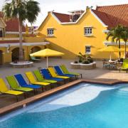 Pool mit bunten Liegen im 4-Sterne Hotel Amsterdam Manor Beach Resort in Aruba.