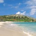 Blick ueber den Strand auf das im 4-Sterne Galley Bay Resort und Spa auf Antigua.