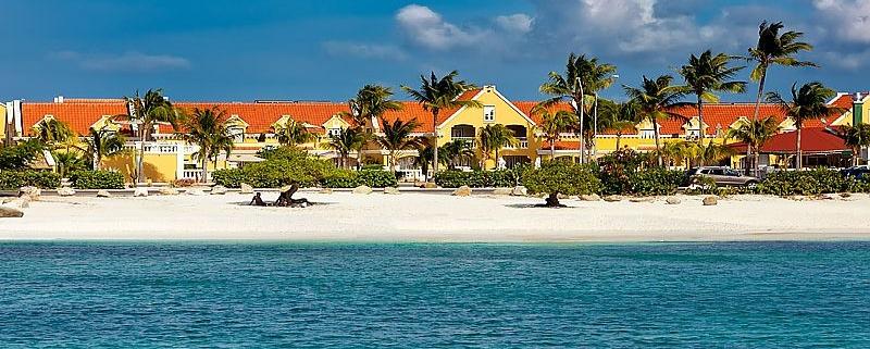 Blick von Strand auf das 4-Sterne Hotel Amsterdam Manor Beach Resort in Aruba. Heiraten in der Karibik.