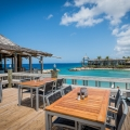 Aussenterrasse mit Blick in die Lagune im Blues Bar Restaurant im 4-Sterne Avila Beach Hotel auf Curacao.