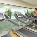 Trainierende Frau und Laufbaender im Fitnessclub im 4-Sterne Avila Beach Hotel auf Curacao.