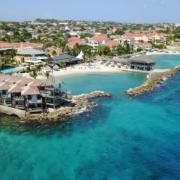 Luftaufnahme, die blaue Lagune und die Hotelanlage des 4-Sterne Avila Beach Hotel auf Curacao zeigt.