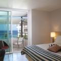 Innenansicht eines Zimmers Octagon Superior Room mit Blick auf das Meer im 4-Sterne Avila Beach Hotel auf Curacao.