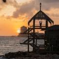 Umgebung des 4-Sterne Avila Beach Hotels auf Curacao. Aussichtsturm mit verliebtem Paar im Sonnenuntergang.