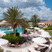 Aussenanlage mit Pool 4-Sterne Hotel Baia di Nora in Pula auf Sardinien.