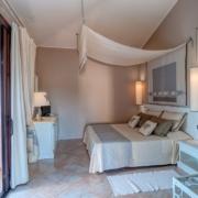 Innenansicht eines Zimmers im 4-Sterne Hotel Baia di Nora in Pula auf Sardinien.