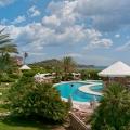 Pool und Restaurant im 4-Sterne Hotel Baia di Nora in Pula auf Sardinien.