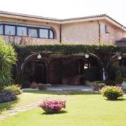 Gartenansicht des 4-Sterne Hotels Baia di Nora in Pula auf Sardinien.