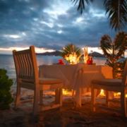 Geschmueckter Tisch am Strand zum Honeymooner Abendessen im 3-Sterne plus Hotel La Digue Island Lodge auf den Seychellen.