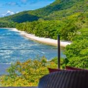 Blick von der Terrasse in die Bucht im 5-Sterne Hotel Coco de Mer & Black Parrot Suites auf der Insel Praslin, Seychellen.