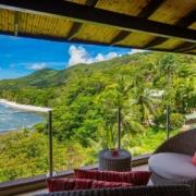 Blick aus einer Black Parrot Junior Suite auf die Bucht.