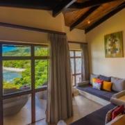 Blick aus einer Junior Suite auf die Bucht im 5-Sterne Hotel Coco de Mer & Black Parrot Suites auf der Insel Praslin, Seychellen.