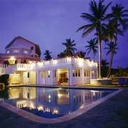 Aussenansicht des 4-Sterne Hotels Blue Haven auf Tobago bei Nacht-