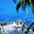 Massage auf einem Deck ueber dem Meer im 4-Sterne Hotel Blue Haven auf Tobago.