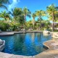 Pool mit Steinen eingefasst und Liegen unter Palmen im 4-Sterne Hotel Blue Haven auf Tobago.