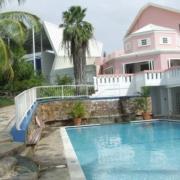 Pool mit Hauptgebaeude im Hintergrund 4-Sterne Hotels Blue Haven auf Tobago.