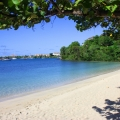 Blick von Strand auf die Bucht vor dem 4-Sterne The Calabash Hotel auf Grenada.