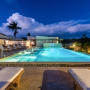Hauptpool am Abend mit Beleuchtung im 4-Sterne The Calabash Hotel auf Grenada.