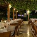 Das Restaurant im Calebash Hotel auf Grenada. Gedeckte Tische am Abend mit weißen Tischdecken und Servietten.