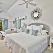 Schlafzimmer mit Blick in den Garten in einer Junior Suite im 4-Sterne The Calabash Hotel auf Grenada.