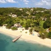 Luftaufnahme von Anlage und Strand mit Steg vom 4-Sterne The Calabash Hotel auf Grenada.