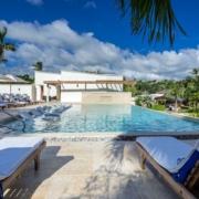 Hauptpool mit Liegen am Tag im 4-Sterne The Calabash Hotel auf Grenada.