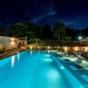 Beleuchteter Hauptpool am Abend im 4-Sterne The Calabash Hotel auf Grenada.