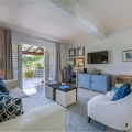 Innenaufnahme des Wohnzimmers einer Pool Suite im 4-Sterne The Calabash Hotel auf Grenada.