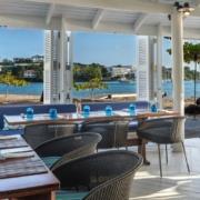 Der Strandclub mit Blick auf das Meer im 4-Sterne The Calabash Hotel auf Grenada.