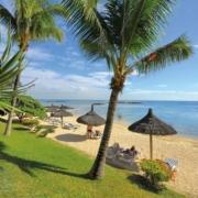 Strand mit Sonnenschirmen im 4-Sterne Canonnier Beachcomber Golf Resort & Spa auf Mauritius.