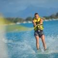 Wasserskifahrer am Strand vom Hotel Cannonier Beachcomber auf Mauritius