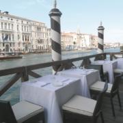 Terrasse mit Fruehstueckstischen im 4-Sterne Centurion Palace Hotel in Venedig mit Blick in den Canale Grande
