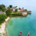 Luftaufnahme auf die Bucht des 4-Sterne Hotels Chuini Zanzibar Beach Lodge.