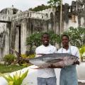zwei Koeche des 4-Sterne Hotel Chuini Zanzibar Beach Lodge mit grossem Thunfisch.