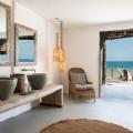 Oeffentlicher Bereich mit Blick auf das Meer im 4-Sterne Hotel Chuini Zanzibar Beach Lodge.