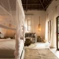 Innenansicht eines Superior Rooms mit Terrrasse im 4-Sterne Hotel Chuini Zanzibar Beach Lodge.