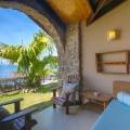 Terrasse mit Blick auf das Meer im 5-Sterne Hotel Coco de Mer & Black Parrot Suites auf der Insel Praslin, Seychellen.