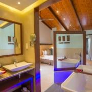 Blick vom Bad ins Zimmer eines Standard Zimmers im 5-Sterne Hotel Coco de Mer & Black Parrot Suites auf der Insel Praslin, Seychellen.