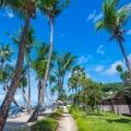 Garten und Strand im 5-Sterne Hotel Coco de Mer & Black Parrot Suites auf der Insel Praslin, Seychellen.
