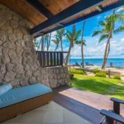 Terrasse mit Blick auf das Meer in einem Superior Zimmer im 5-Sterne Hotel Coco de Mer & Black Parrot Suites auf der Insel Praslin, Seychellen.