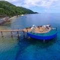 Sonnendeck auf Stelzen im Meer im 5-Sterne Hotel Coco de Mer & Black Parrot Suites auf der Insel Praslin, Seychellen.