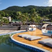 Sonnendeck bei Tag im 5-Sterne Hotel Coco de Mer & Black Parrot Suites auf der Insel Praslin, Seychellen.