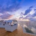 Sonnendeck am Abend im 5-Sterne Hotel Coco de Mer & Black Parrot Suites auf der Insel Praslin, Seychellen.